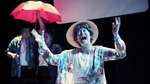 """Carla Fri spelar semesternjutare som drabbas av regn i """"Den nya gudomliga komedin""""."""