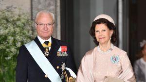 Kung Carl XVI Gustaf och drottning Silvia på prins Oscars dop.