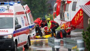 En person som skadats av det häftiga åskvädret i Tatrasbergen den 22 augusti 2019 förs bort med ambulans i staden Zakopane i Polen.