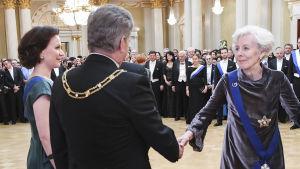 Tellervo Koivisto hälsar på presidentparet på självständighetsmottagningen i presidentslottet 2017.