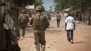 Fredsbevarare patrullerar i det oroliga landet.