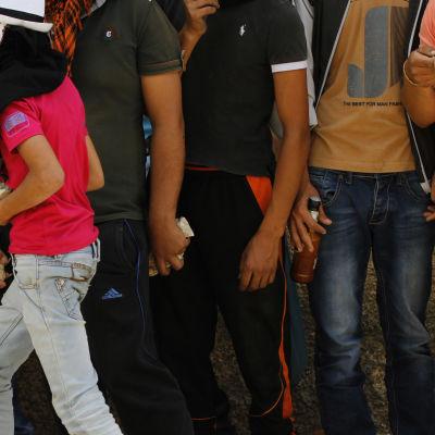 Palestinska demonstranter utrustade med stenar
