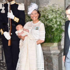 Kronprinsessan Victoria med prins Oscar i famnen.