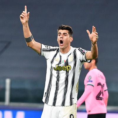 Alvaro Morata protesterar högljutt.