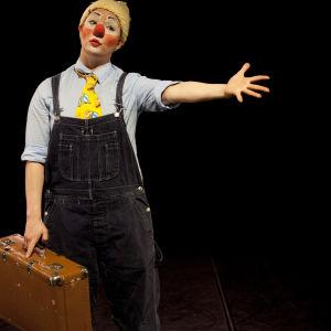 Hanna Terävä som clownen Maja.