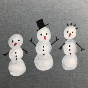 Snögubbar målade på kortkartong
