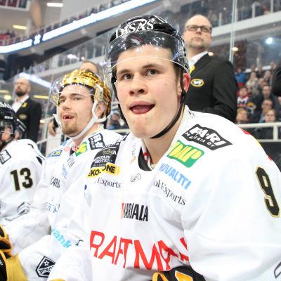 Jesse Puljujärvi och Juho Lammikko sitter på bänken.