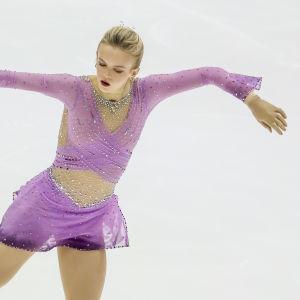 Konståkaren Emmi Peltonen i sitt tävlingsprogram 2018.