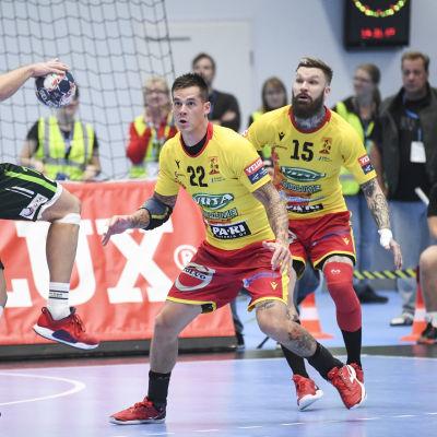 Nico Rönnberg och Teemu Tamminen ser på medan en motståndare anfaller.