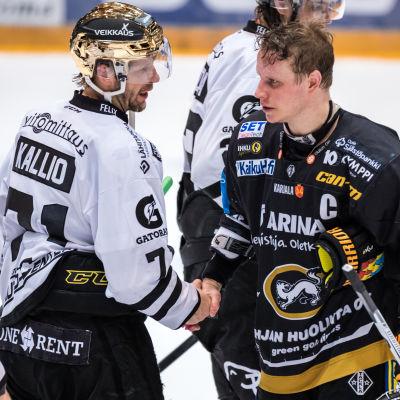Tomi Kallio och Lasse Kukkonen skakar hand.