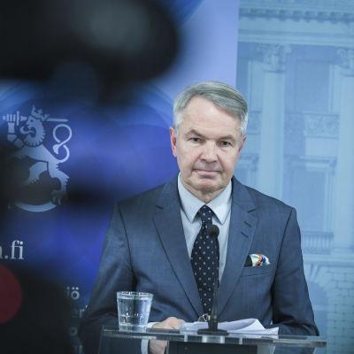 Pekka Haavisto håller presskonferens om Al-Hol-lägret i december 2019.