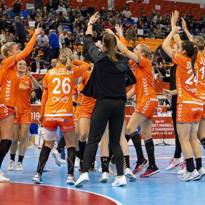 Nederländernas damlandslag i handboll dansar.