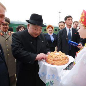 Nordkoreas ledare Kim Jong-Un bjöds traditionsenligt på bröd och salt då han anlände till Ryssland