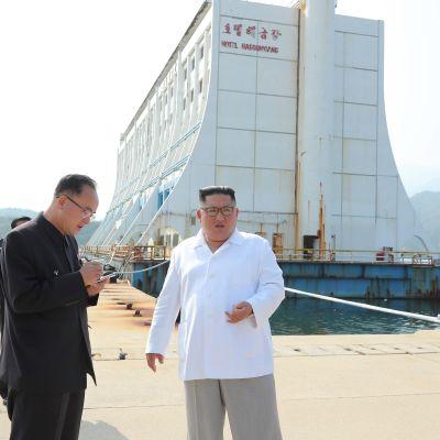 Nordkoreas ledare Kim Jong-Un vill riva ner de sydkoreanska hotellen och turistbyarna vid Kumgang-san som koreaner som ett heligt berg