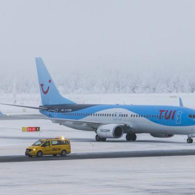 TUI matkatoimiston lentokone Rovaniemen kentällä
