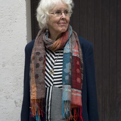 Birgitta Boucht iförd en grann halsduk.