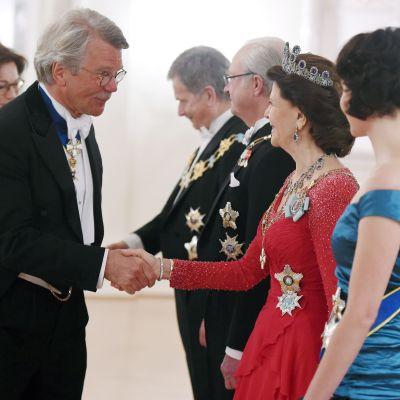 Drottning Silvia hälsar på Björn Wahlroos.