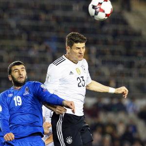 Mario Gomez vinner en höjdduell.