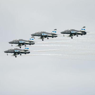 Taitolentoryhmä Midnight Hawks lentonäytöksessä.