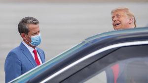Guvernören i Georgia, Brian Kemp, hade själv ett munskydd på sig då han mötte president Trump på flygplatsen i Atlanta i onsdags.