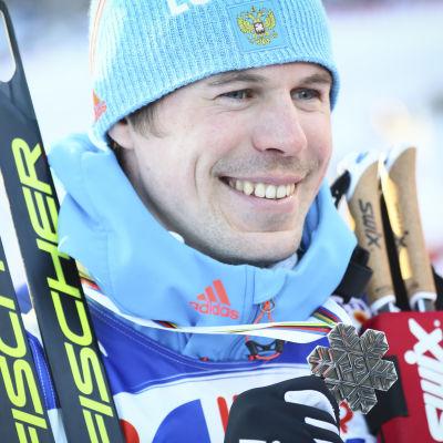 Efter tävlingen visade Sergej Ustiugov glatt upp sin medalj.