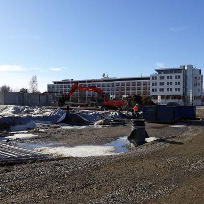 Asemanseudun parkkitalon rakennustyöt jatkuvat Joensuussa Kimmelin naapuritontilla.