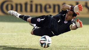 Claudio Bravo representerar Chile i fotboll.