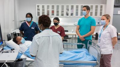 Sjukvårdare utbildas vid yrkeshögskolan Laurea i Dickursby.