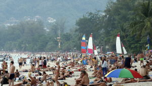 Turister på Patong Beach i Phuket, Thailand.