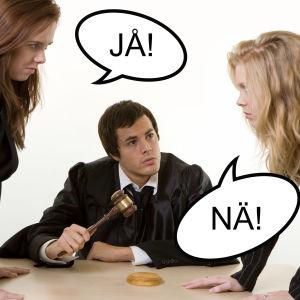 Två kvinnor som grälar och en domare som sitter mitt emellan dem.
