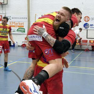 Teemu Tamminen firar med Nico Rönnberg.