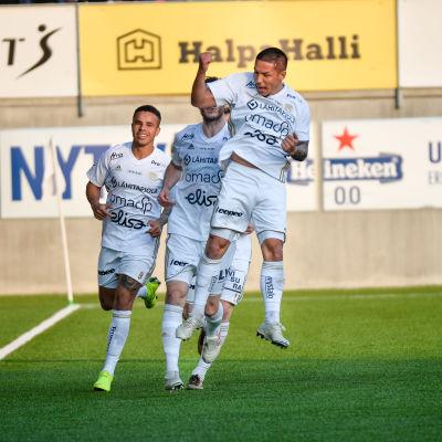 Moshtagh Yaghoubi hoppar och jublar efter ett mål.