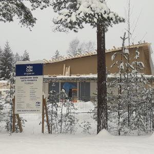 Daghemsbygge i snö i Störsvik i Sjundeå.