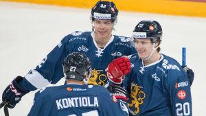 Petri Kontiola, Miro Heiskanen och Eeli Tolvanen firar ett mål.