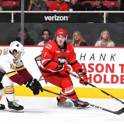 Aleksi Saarelas Carolina leder AHL-finalserien mot Chicago med 1–0 i segrar.