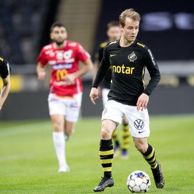 Saku Ylätupa AIK:n paidassa huhtikuussa 2021.