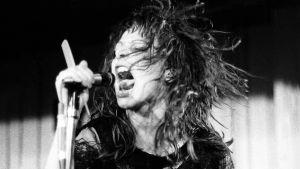 The Slits -yhtyeen laulaja Ari Up lavalla lähikuvassa joskus 70-luvulla. Kuva dokumenttielokuvasta.
