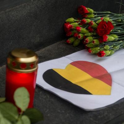Blommor och ljus till minne av de som dödades i Bryssel 22.3.2016.