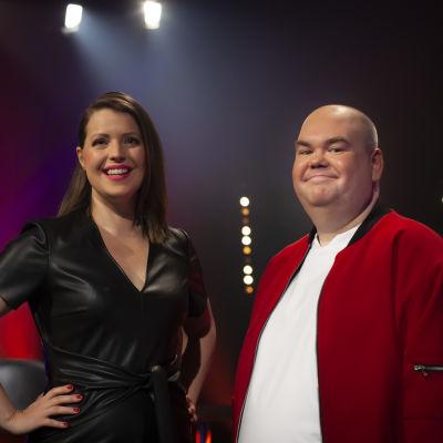 Euroviisaiden juontajat Eva Frantz ja Johan Lindroos.