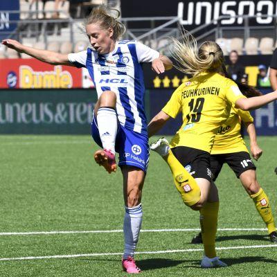 HJK:n Linda Sällström ja KuPSin Emma Peuhkurinen.