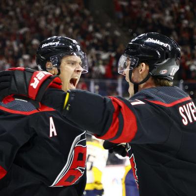 Sebastian Aho ja Andrei Svetshnikov juhlivat maalia.