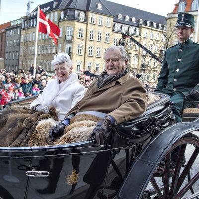 Danmarks drottning Margrethe åker genom Århus tillsammans med sin man prins Henrik för att fira drottningens 75-årsdag.