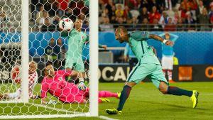 Ricardo Quaresma avgör åttondelsfinalen mot Kroatien på returen från Cristiano Ronaldos skott.