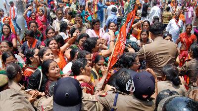 Kvinnor i Indien demonstrerar mot kvinnovåld