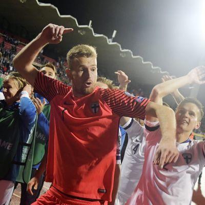 Finlands fotbollslandslag jublar med Lukas Hradecky i spetsen.