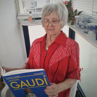 äldre dam läser