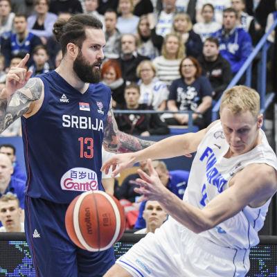 Sasu Salin tappar bollen mot Miroslav Radulijca