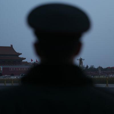 Polisman står vakt i Peking före öppningen av den tolfte Nationella folkkongressen i Kina den 5 mars 2016.