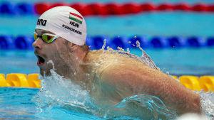 Tamas Kenderesi gapar efter luft medan han simmar.