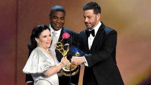 Alex Borstein tar emot en Emmy av Jimmy Kimmel och Tracy Morgan.